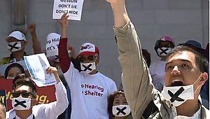 홈리스셸터 시위대가 X표 마스크를 쓴 이유